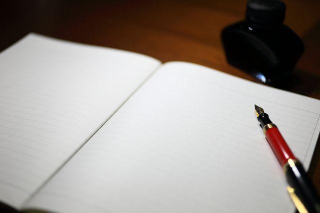 開いたノートと万年筆